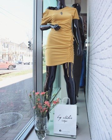 Miodowa sukienka ze sznurowaniem